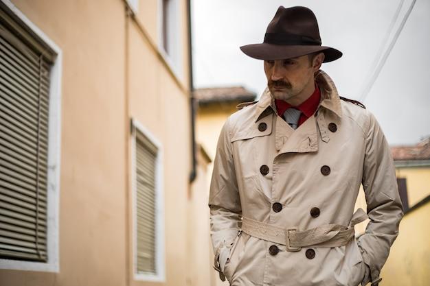 街のスラム街を歩く探偵