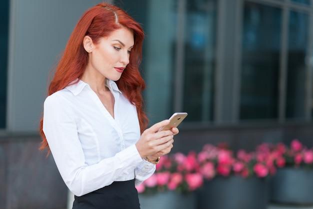 ビジネスの女性の携帯電話