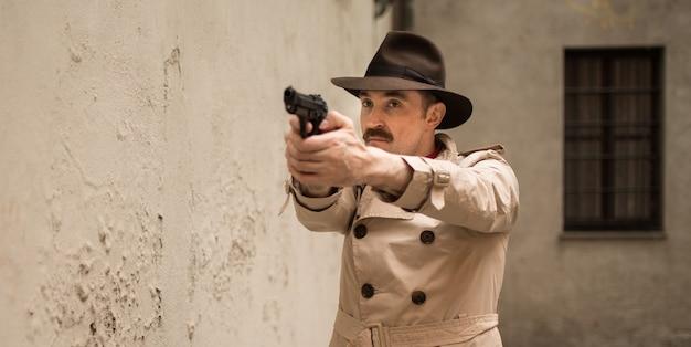 Человек стреляет из ружья в салазках