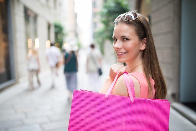 高級通りでのショッピングの女性