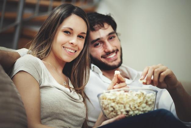 映画を見ているカップル