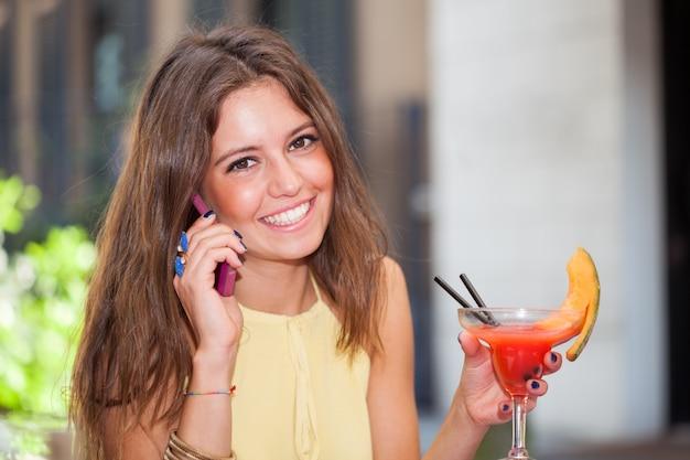 携帯電話で話している女性の肖像画