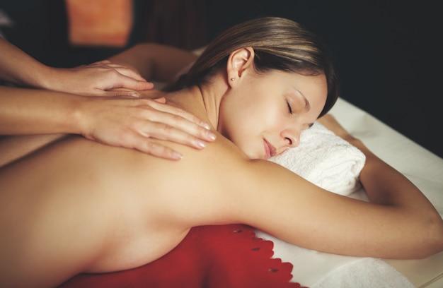 Женщина, имеющая массаж