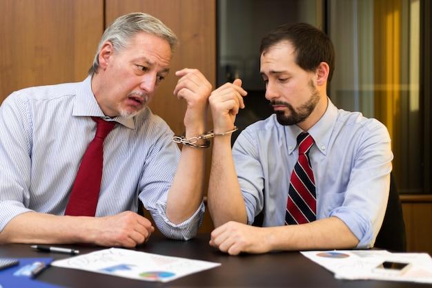 Двух бизнесменов заставили работать вместе наручниками
