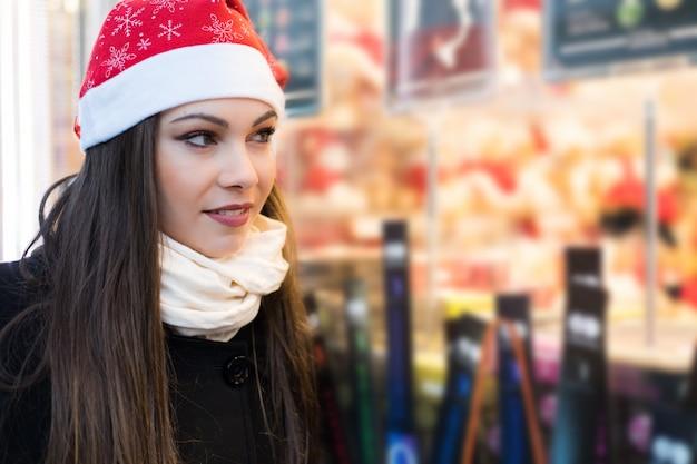 Молодая женщина за покупками с новогодним нарядом
