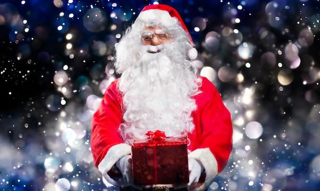 Дед мороз держит подарок