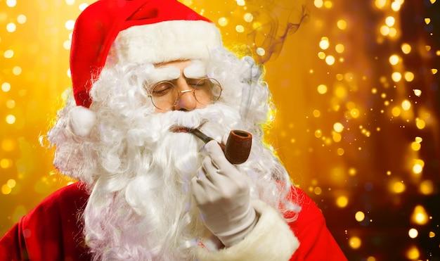 Санта-клаус портрет курит трубку
