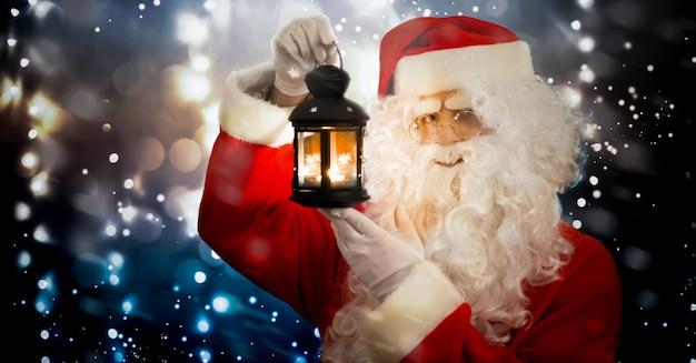Дед мороз держит фонарь