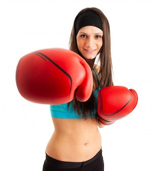 ボクシンググローブを着て魅力的な若い女性