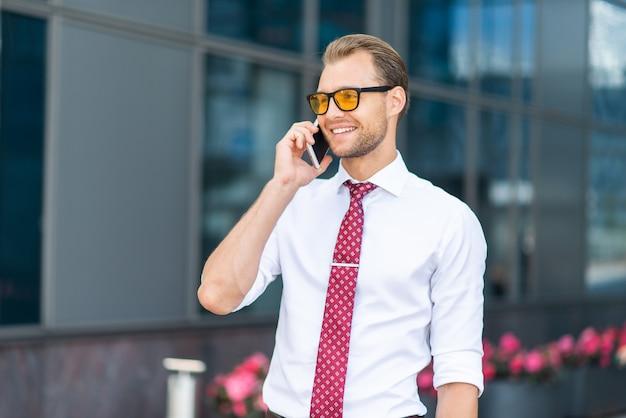 彼の携帯電話で話している実業家