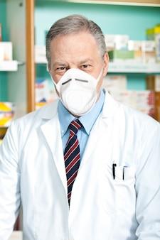 マスク、コロナウイルスの概念を身に着けている職場での薬剤師