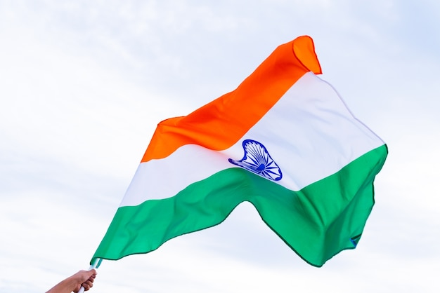 Человек рука флаг индии на фоне голубого неба