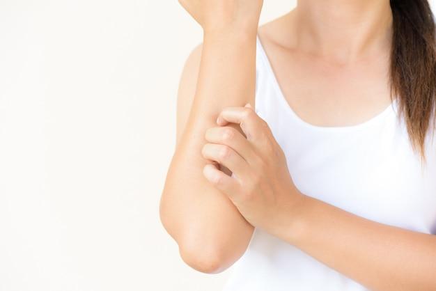 女性の腕は自宅で手でかゆみを傷つける。ヘルスケアのコンセプト。