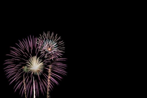 黒の背景にお祝いのためのカラフルな花火のディスプレイ