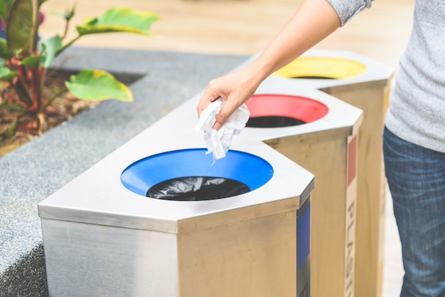 紙のゴミをゴミ箱に入れ、選択的に焦点を合わせる