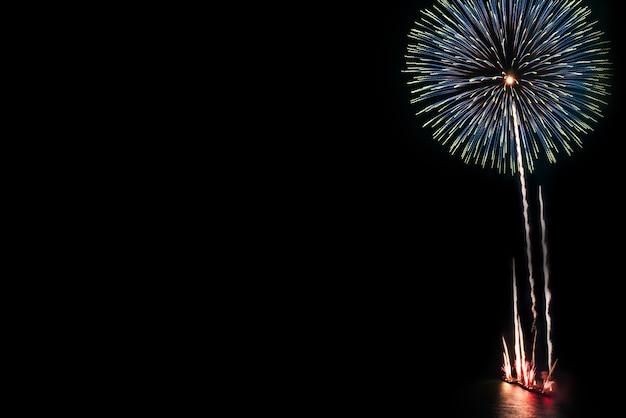 黒背景にお祝いのための抽象的な美しいカラフルな花火のディスプレイ