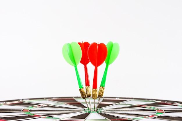 目標の中心にショット緑と赤のダーツの矢印を閉じます。