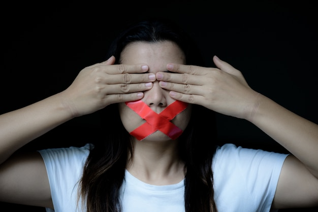 女性は粘着テープで彼女のマウントを包んでいた、言論の自由の概念、人間正しい日
