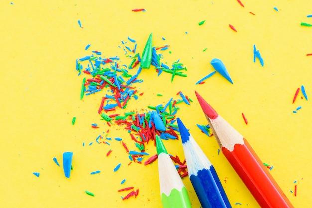 クローズアップ、黄色、背景に鉛筆色鉛筆。