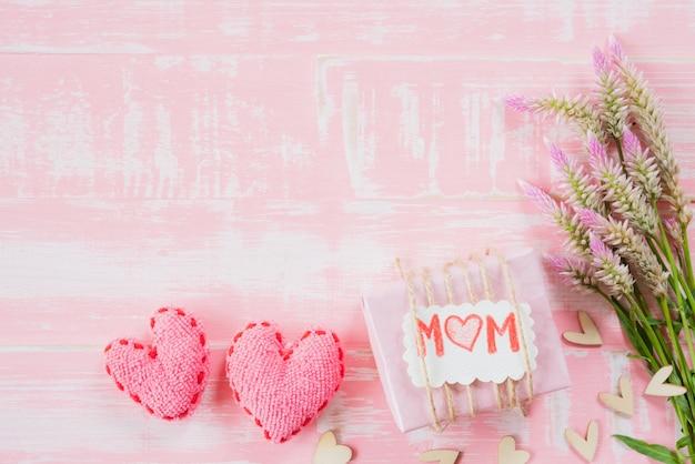 幸せな母親の日コンセプトパステルカラーの明るいピンクと白の木製の背景。