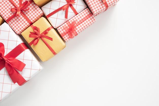 白いテーブルの背景にリボンと色のギフトボックスのトップビュー。クリスマスプレゼント