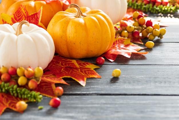 Осенние листья клена и тыква на старом деревянном фоне. концепция дня благодарения.