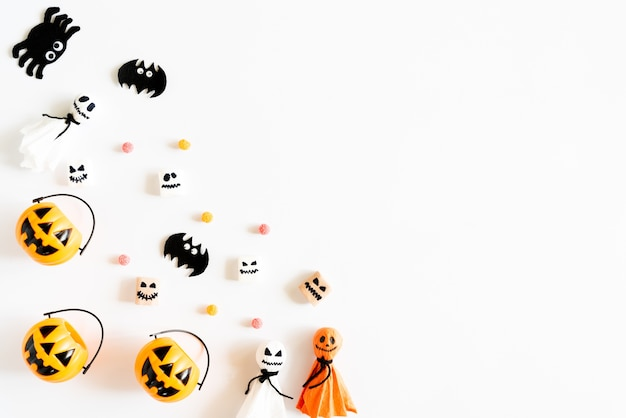 Желтые призрак тыквы с мухомором мумии мумии на белом фоне.