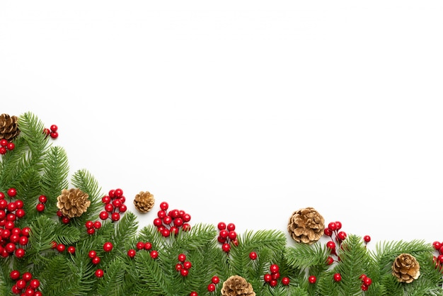 クリスマスと新年の構成。スプルースの枝、松のコーンのトップビュー