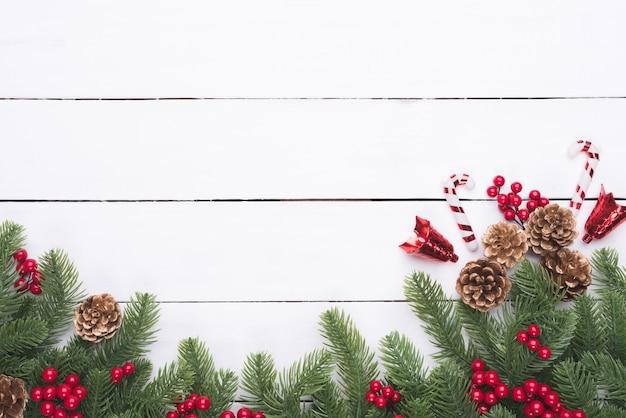クリスマスと新年の構成。トウヒの枝、松のコーン、赤い塊