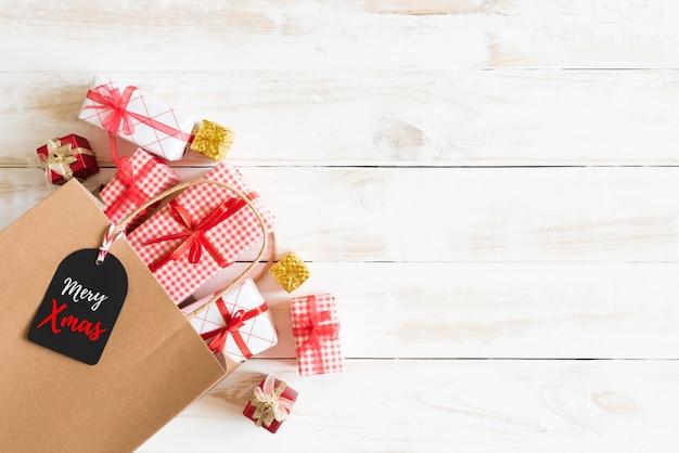 クリスマスギフトボックスと茶色のショッピングバッグ