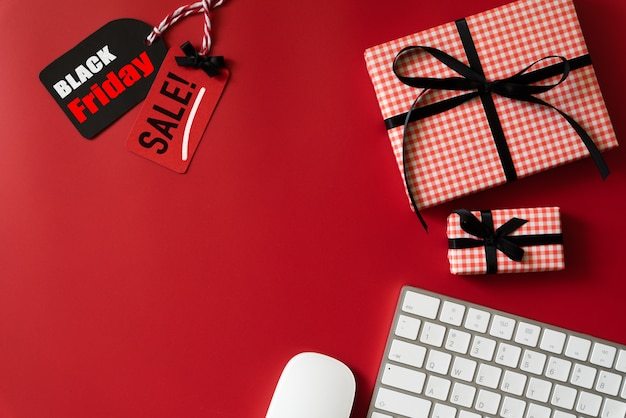 Черная пятница продажа текста на бирке с клавиатурой и подарочной коробкой