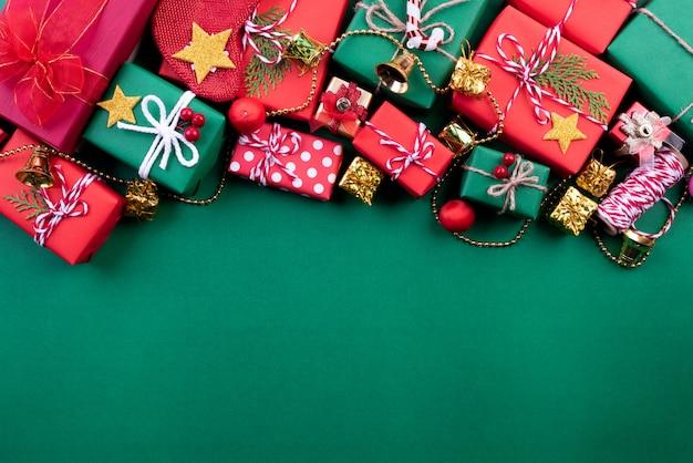 Украшение подарочной коробки предпосылки рождества на зеленой предпосылке.