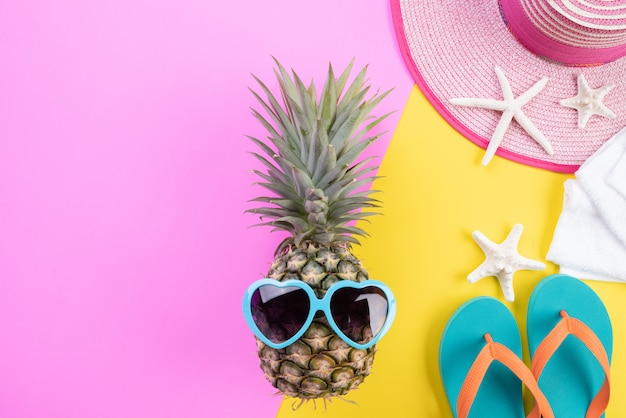 Пляжные аксессуары для летнего отдыха и отдыха концепции.