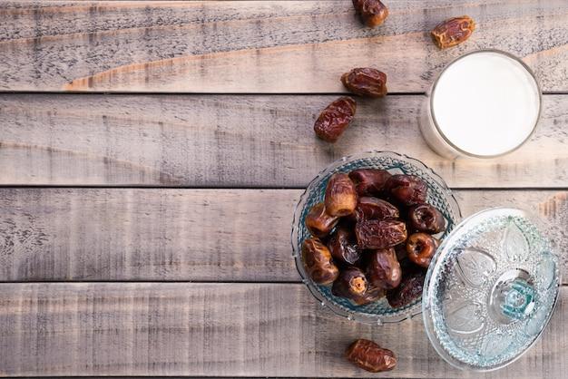 ミルクとデートフルーツ。イスラム教徒のシンプルなイフタールのコンセプトです。ラマダンの食べ物や飲み物。