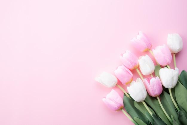 幸せな母の日の概念。白とピンクのチューリップの花の上から見る