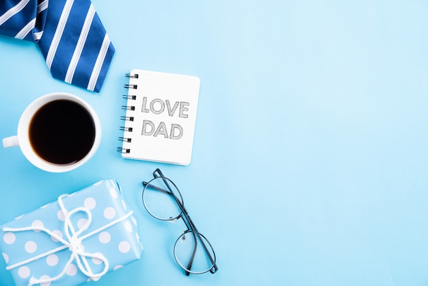 明るい青いパステル調の背景に愛のお父さんテキストと幸せな父親の日コンセプト。