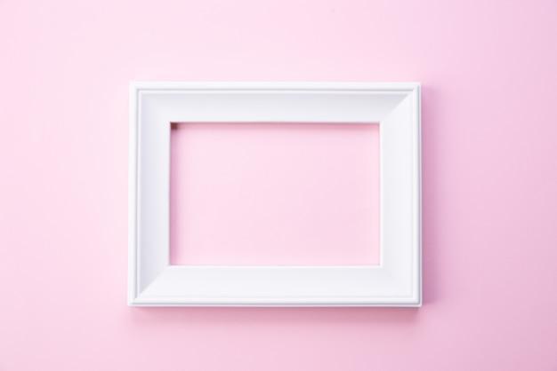 幸せな母の日の概念。ピンクの背景に白の写真フレームのトップビュー