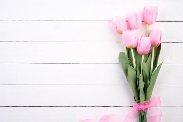 バレンタインの日と愛の概念。ピンクのリボンとピンクのチューリップ