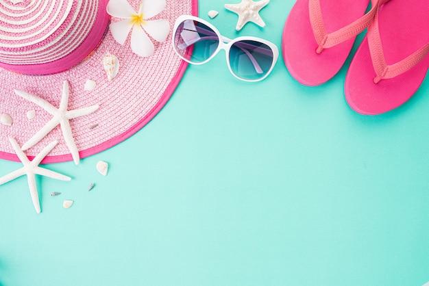 夏の休日や休暇の概念のためのビーチアクセサリーのトップビュー。