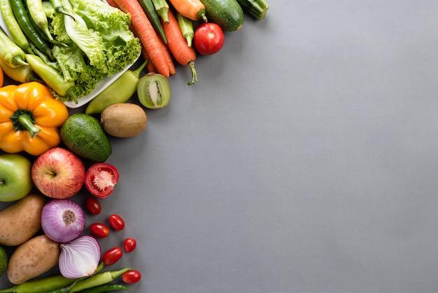 灰色の背景上の健康的なライフスタイルと食品のコンセプト。