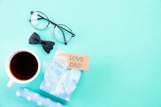 明るい緑のパステル調の背景に幸せな父親の日コンセプト。