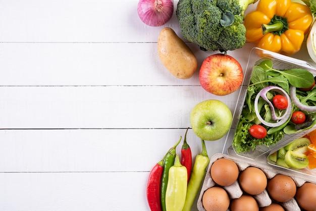 白い木の表面に健康的なライフスタイルと食品のコンセプト。