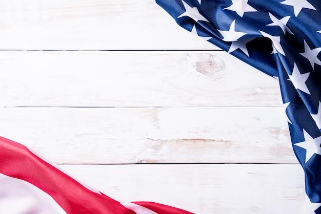 木製の背景にアメリカ合衆国の国旗