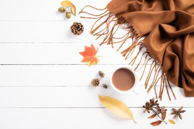 白い木製の背景の秋の組成。フラット横たわっていた、トップビューコピースペース。