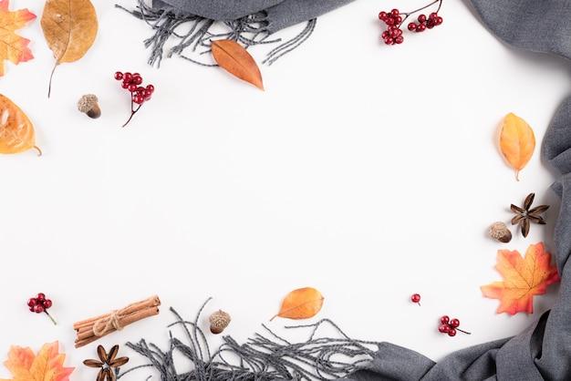 秋の組成物。白の毛布、紅葉