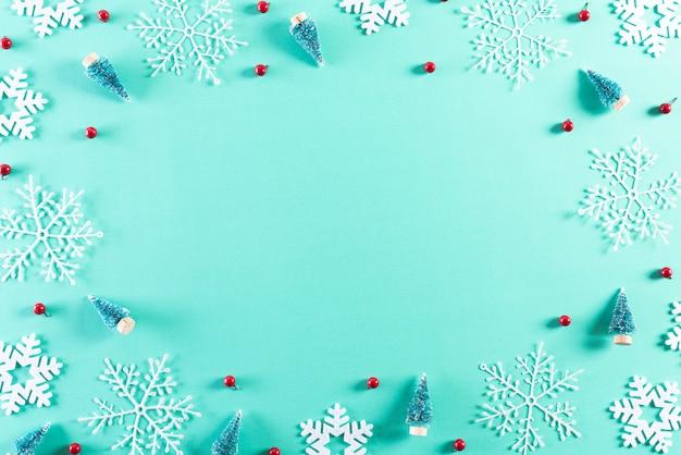 Рождественские праздники композиция на зеленой пастелью с копией пространства.