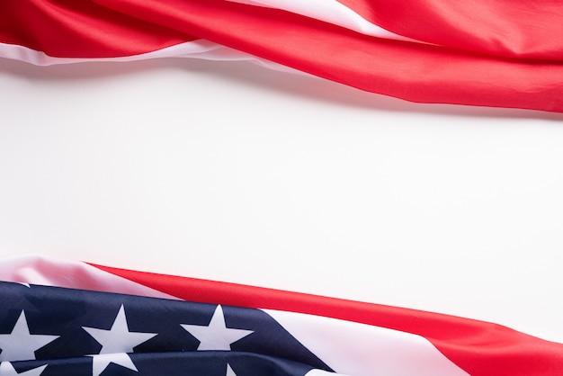 ハッピー退役軍人の日。白い背景に対してアメリカの国旗。