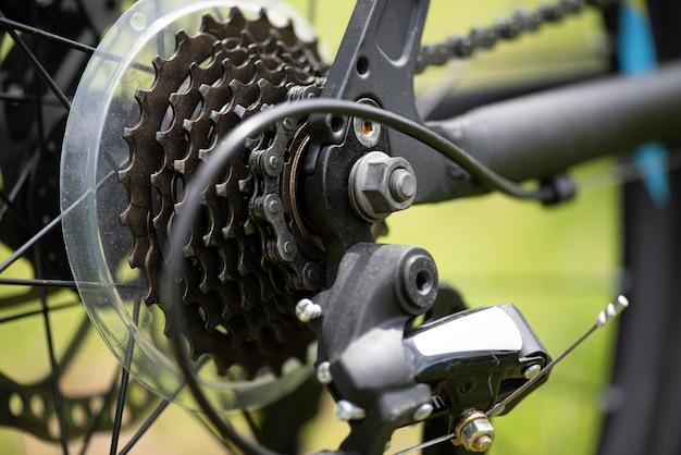 ロードバイクフレームをサイクリングする自転車のフリーホイール、チェーン、ディレイラーフロントシフター。