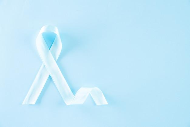 Голубая лента, представляющая ноябрь месяц, для повышения осведомленности о здоровье мужчин
