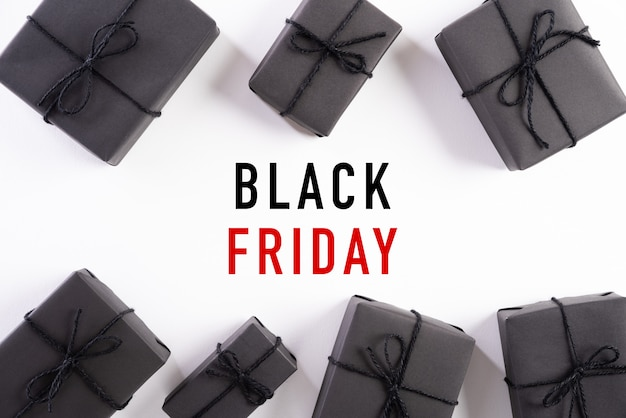 Черная пятница продажа текст с черной подарочной коробке на белом